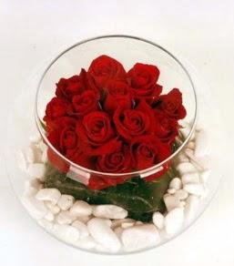 Cam fanusta 11 adet kırmızı gül  Ankara çiçek gönderme