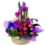 çikolata ve sepette çiçek   Ankara çiçek gönderme sitemiz güvenlidir
