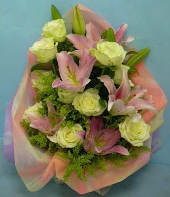 11 adet gül ve 2 adet kazablanka buketi  Ankara internetten çiçek satışı