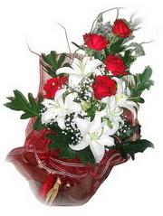 Ankara kaliteli taze ve ucuz çiçekler  5 adet kirmizi gül 1 adet kazablanka çiçegi buketi