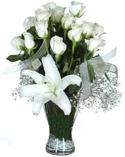 cam içerisinde 11 beyaz gül ve 1 kazablanka  Ankara çiçek siparişi sitesi