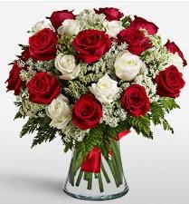 Vazoda 12 kırmızı 12 beyaz gül tanzimi  Ankara uluslararası çiçek gönderme