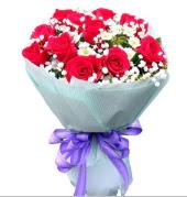 12 adet kırmızı gül ve beyaz kır çiçekleri  Ankara çiçekçi mağazası